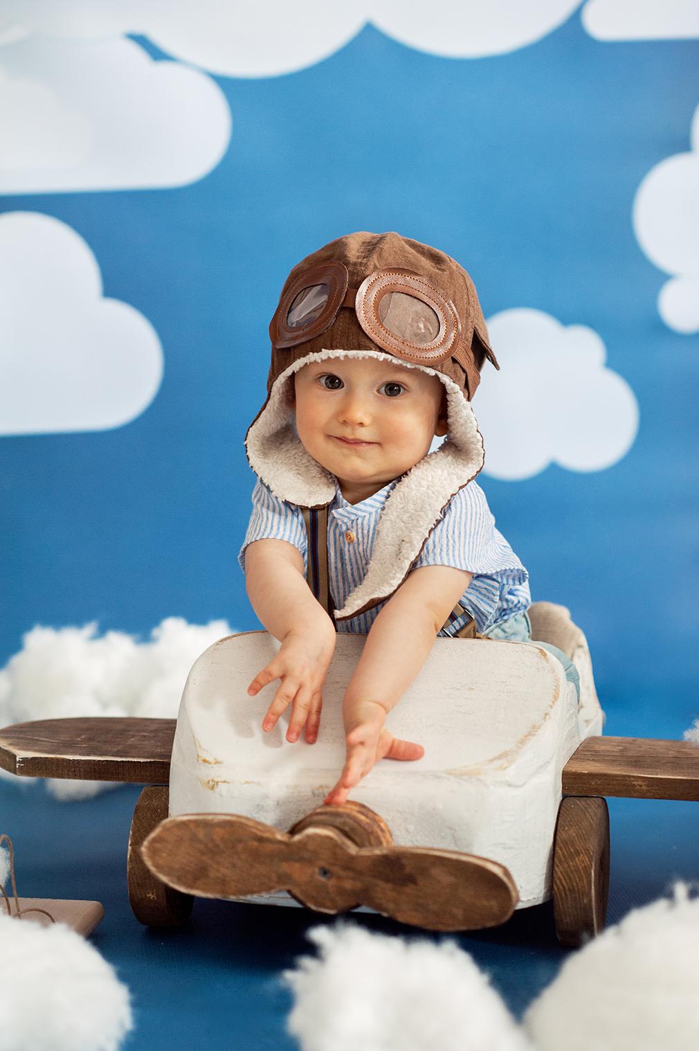 mały pilot, sesja z samolotem, czarny kot studio, fotografia niemowlęca