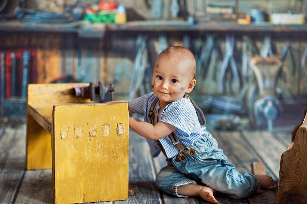 mały majsterkowicz, sesja dziecięca, studio fotograficzne, sesja zdjęciowa niemowlaka, czarny kot studio