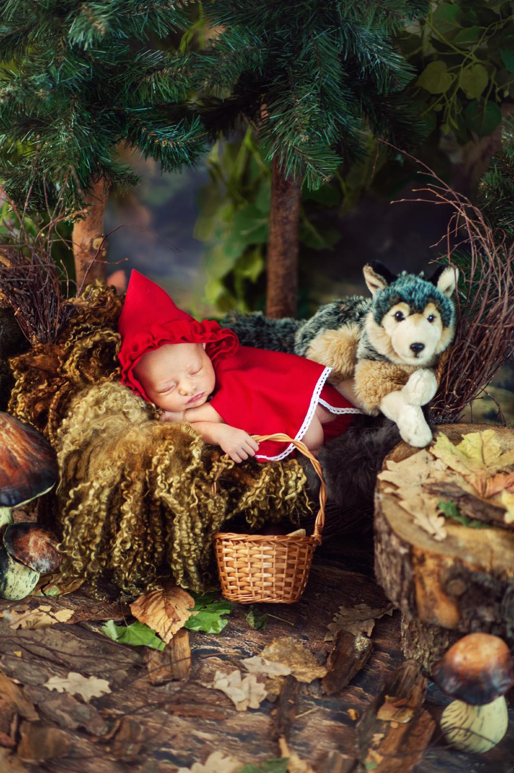 bajkowa sesja noworodkowa, czarny kot studio, czerwony kapturek, fotografia noworodkowa