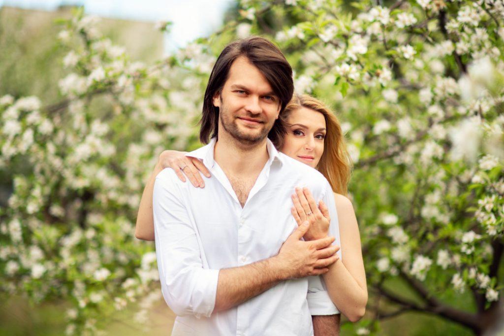 Olga i Arek – sesja narzeczeńska w ogrodzie